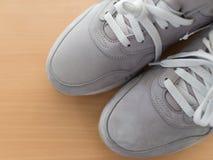 Le scarpe degli uomini grigi con i pizzi sono Fotografie Stock Libere da Diritti