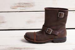 Le scarpe degli uomini su retro fondo di legno Immagine Stock