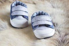 Le scarpe dei bambini sulla pelle dei cervi Fotografie Stock Libere da Diritti