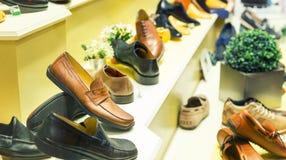 Le scarpe dell'uomo sulla vetrina Fotografia Stock Libera da Diritti