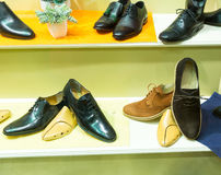 Le scarpe dell'uomo sulla vetrina Immagine Stock Libera da Diritti