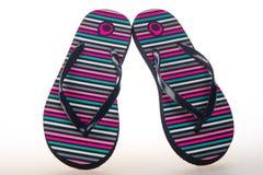 Le scarpe della spiaggia dei sandali di Flip-flop hanno isolato il bianco fotografia stock libera da diritti