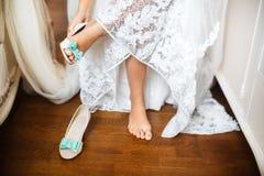 Le scarpe della sposa sul giorno delle nozze Fotografie Stock