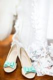 Le scarpe della sposa sul giorno delle nozze Immagini Stock