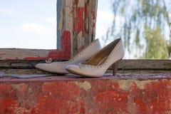 Le scarpe delle alte donne bianche nella finestra Fotografia Stock