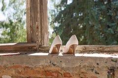 Le scarpe delle alte donne bianche nella finestra Fotografie Stock Libere da Diritti