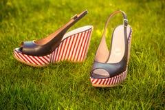 Le scarpe delle donne, sandali in natura, sandali blu Immagini Stock Libere da Diritti
