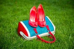 Le scarpe delle donne sono sulla borsa e, scarpe dell'estate delle donne Fotografia Stock