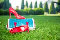 Le scarpe delle donne sono sulla borsa e sulla terra, scarpe dell'estate delle donne Fotografie Stock