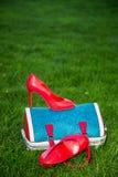 Le scarpe delle donne sono sulla borsa e sulla terra, scarpe dell'estate delle donne Fotografia Stock