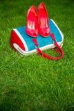 Le scarpe delle donne sono sulla borsa e sulla terra, scarpe dell'estate delle donne Fotografia Stock Libera da Diritti