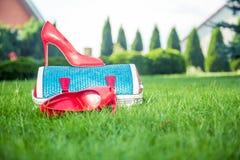 Le scarpe delle donne sono sulla borsa e sulla terra, scarpe dell'estate delle donne Immagini Stock Libere da Diritti