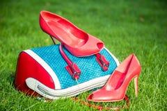 Le scarpe delle donne sono sulla borsa e sulla terra, scarpe dell'estate delle donne Fotografie Stock Libere da Diritti