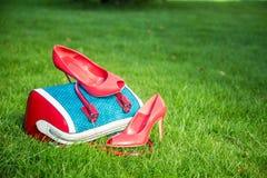 Le scarpe delle donne sono sulla borsa e sulla terra, scarpe dell'estate delle donne Immagini Stock