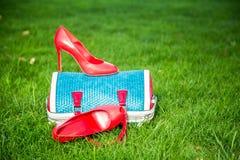 Le scarpe delle donne sono sulla borsa, scarpe dell'estate delle donne Immagini Stock