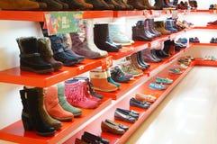 Le scarpe delle donne sono vendute nell'esposizione del deposito Fotografia Stock