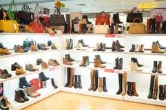 Le scarpe delle donne sono vendute nell'esposizione del deposito Fotografie Stock