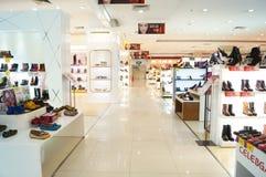 Le scarpe delle donne sono vendute nell'esposizione del deposito Fotografie Stock Libere da Diritti