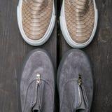 Le scarpe delle donne sui precedenti Fotografia Stock Libera da Diritti