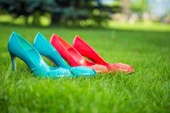 Le scarpe delle donne in una posizione diritta di fila Fotografia Stock Libera da Diritti