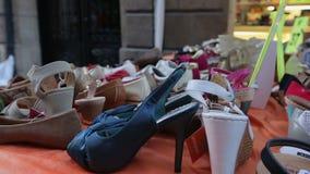 Le scarpe delle varie donne su esposizione all'aperto, venditore ambulante che vende le merci economiche stock footage