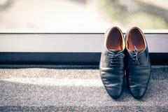 Le scarpe dello sposo contro la finestra Immagini Stock Libere da Diritti