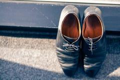 Le scarpe dello sposo sul tappeto Fotografie Stock Libere da Diritti