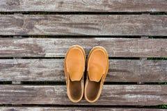 Le scarpe di cuoio degli uomini su vecchio fondo di legno Fotografia Stock