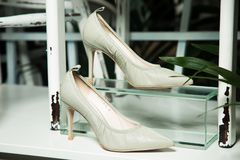 Le scarpe di cuoio delle donne fatte a mano immagine stock