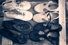 Le scarpe di Jazz Dance sono paia, la vista superiore, tonalità monocromatica Fotografia Stock Libera da Diritti