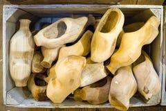 Le scarpe di legno olandesi tradizionali finite a metà, ostruisce nel caso fotografia stock libera da diritti