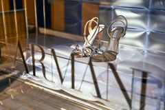 Le scarpe di lusso delle donne di Giorgio Armani sull'esposizione del negozio fotografia stock libera da diritti