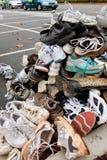 Le scarpe di tennis Sit Piled High To Be hanno riciclato Immagine Stock