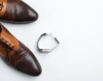 Le scarpe e gli orologi degli uomini Immagini Stock