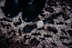 Le scarpe e gli orologi degli uomini Immagine Stock