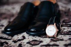 Le scarpe e gli orologi degli uomini Fotografia Stock