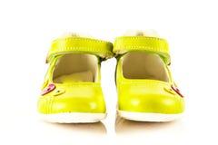 Le scarpe femminili isolate sul bambino bianco del fondo scherza il beautifu Immagini Stock Libere da Diritti