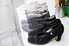 Le scarpe isolano sulla fine del fondo su immagini stock libere da diritti