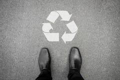 Le scarpe nere che stanno davanti a riciclano il simbolo Immagini Stock Libere da Diritti