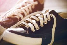 Le scarpe nere di sport si trovano nel corridoio immagine stock libera da diritti
