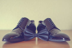 Le scarpe nere e la cravatta a farfalla degli uomini Fotografia Stock Libera da Diritti