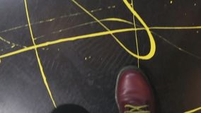 Le scarpe rosse camminano sul pavimento stock footage