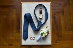 Le scarpe stabilite di Butterfly dello sposo allaccia gli accessori del ` s degli uomini degli orologi dei gemelli Fotografie Stock Libere da Diritti