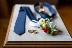 Le scarpe stabilite di Butterfly dello sposo allaccia gli accessori del ` s degli uomini degli orologi dei gemelli Immagini Stock