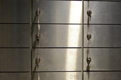Le scatole brillanti del giacimento del metallo con i numeri e digita una banca immagini stock libere da diritti