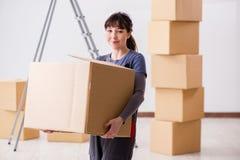 Le scatole commoventi dell'appaltatore della donna nel concetto di rilocazione Immagini Stock Libere da Diritti