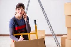 Le scatole commoventi dell'appaltatore della donna nel concetto di rilocazione Immagine Stock