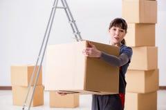 Le scatole commoventi dell'appaltatore della donna nel concetto di rilocazione Fotografie Stock