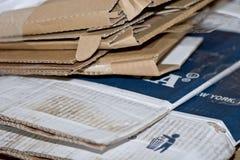 Le scatole di cartone piegate riciclano la priorità bassa materiale Fotografie Stock