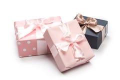 Le scatole di lusso hanno legato con un nastro dell'oro e di rosa fotografie stock libere da diritti